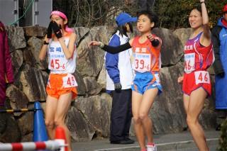 国際会館前折り返し中継点で、加塩選手を待つ鬼塚彩花選手。